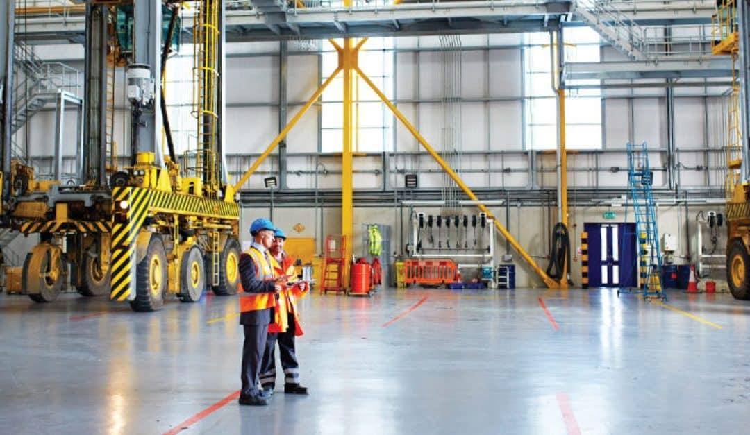 Responsables de logistica y transporte enfocando como realizar limpieza profesional en su empresa