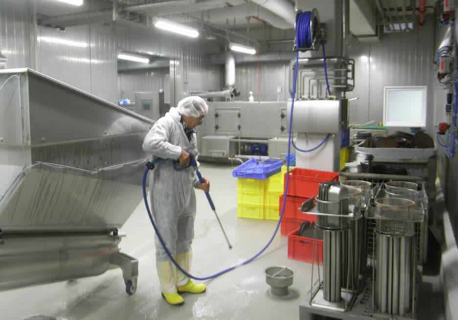 profesional limpiador de maquinaria de industria alimentaria, perfectamente equipado
